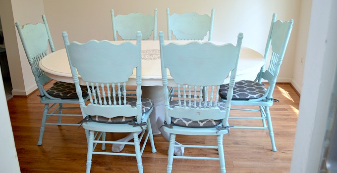 Painted Dining Room Set: Giving Old Furniture New Life